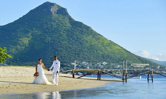 sofitel-couple-beach