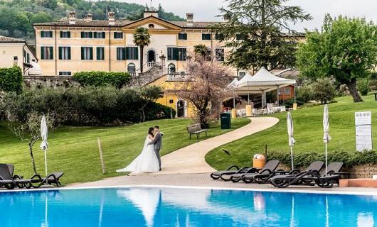 villa Cariola Paar am Pool
